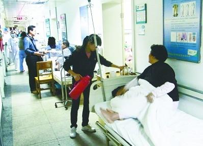 武汉大医院住院难 排队两月不稀奇等床病人睡走廊