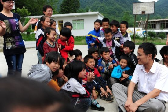 徐本禹与大水乡大石希望小学的孩子们在一起