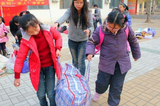 食科一家人志愿者在附属学校开展募捐活动