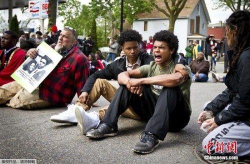 资料图:美国警方宣布不起诉今年3月6日枪杀19岁非洲裔混血青年托尼•罗宾逊的白人警察肯尼。该决定引发民众上街游行抗议。