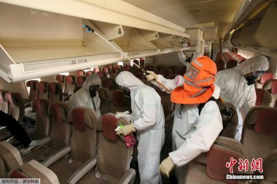 当地时间2015年6月4日,韩国,MERS病毒蔓延,韩国对公共交通工具进行消毒。截止当地时间上午11点30分,韩国MERS被隔离者上升至1667人,其中62人解除隔离
