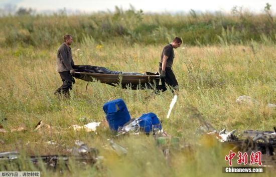 当地时间2014年7月19日,乌克兰Grabovo,救援人员在马航M17坠机事故的现场。