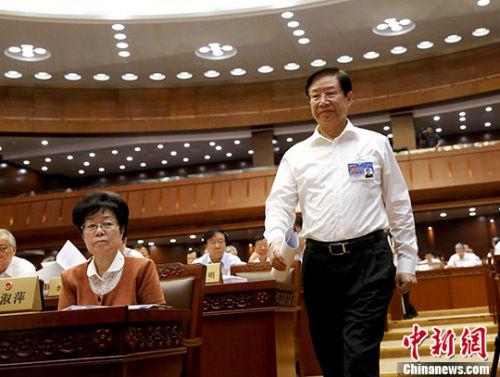 6月27日,十二届全国人大常委会第二十一次会议在北京开幕,会议听取了全国人大法律委员会副主任委员张海阳作的关于网络安全法草案修改情况的汇报。 中新社记者 杜洋 摄