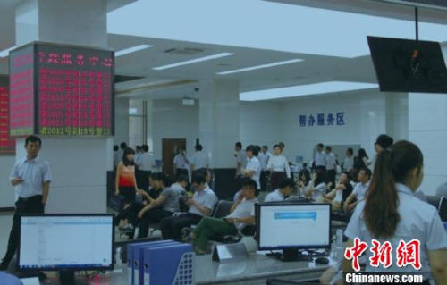 资料图:天津滨海新区行政审批局办事大厅