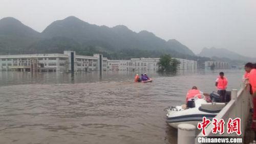 资料图:6月28日,贵州省织金县连续11小时强降雨,引发洪涝灾害,道路积水严重,多处厂房被淹。 杨光振 摄