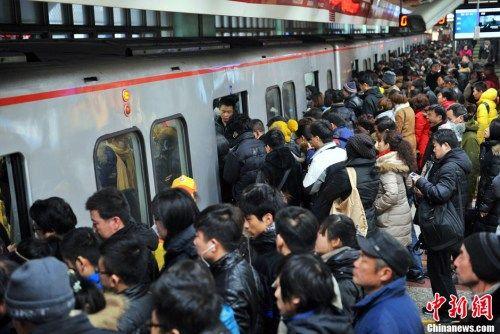 资料图 图为北京地铁四惠站早高峰人潮。中新网记者 金硕 摄