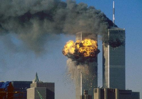 资料图:2001年9月11日,美国纽约世贸大楼遭飞机撞击时的景象。