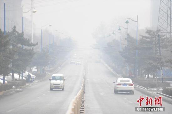 """资料图 11月5日,一场""""鹅毛大雪""""将吉林长春""""涂成""""白色,与此同时,静稳的大气条件使得连日袭击这里的雾霾无法消散,截至当日8时,长春市区PM2.5浓度达到358微克/立方米,空气质量状况达到污染级别最高的""""严重污染""""。张瑶 摄"""