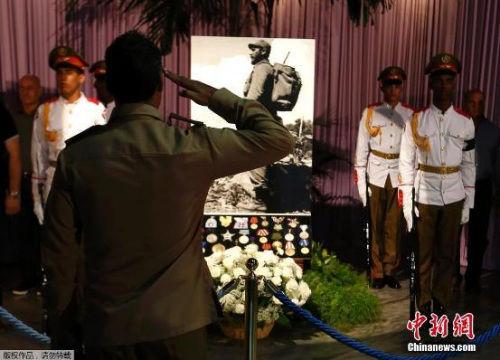 士兵在卡斯特罗画像前敬礼。