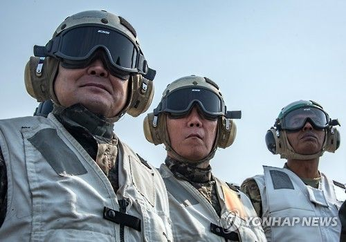 """3月12日,李淳镇(左)和文森特・布鲁克斯(右)访问美国""""卡尔・文森""""号,参观韩美联合军演""""鹞鹰""""。(图片来源:韩联社)"""