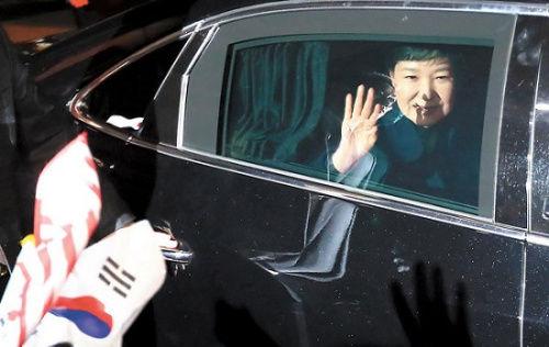 3月12日,朴槿惠离开青瓦台时,向支持者挥手。