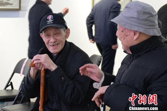 已79岁高龄的李腾(左)希望借作品表达他的时代情怀 马芙蓉 摄