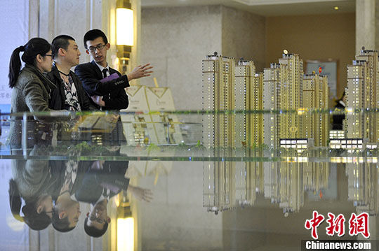 资料图:山西太原,置业顾问向民众推荐商品房户型。 中新社记者 韦亮 摄