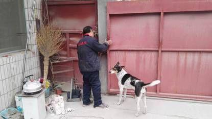 问题企业一人员强行锁门,扣留督查人员。图片来自环保部官方微信公众号。