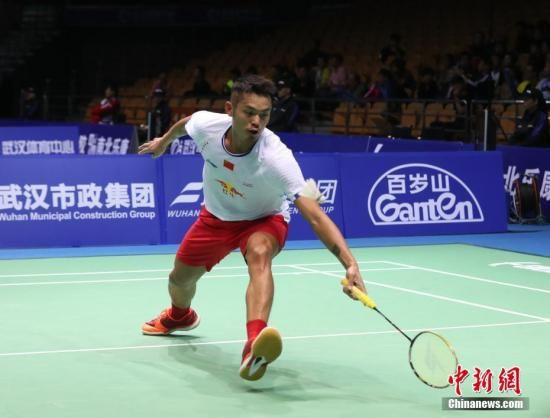4月27日,林丹在比赛中回球。当日,2017年亚洲羽毛球锦标赛进入正赛第二天。中国选手林丹以2:0战胜日本选手常山干太晋级八强。中新社记者 张畅 摄