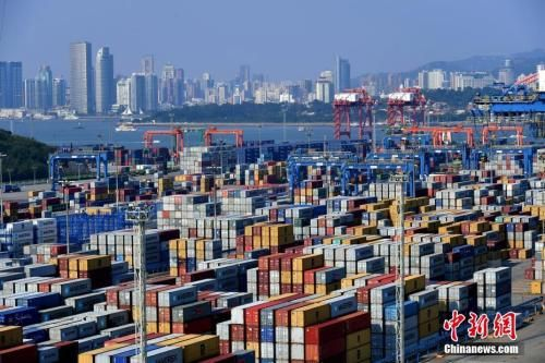 资料图:厦门的集装箱码头。王东明 摄