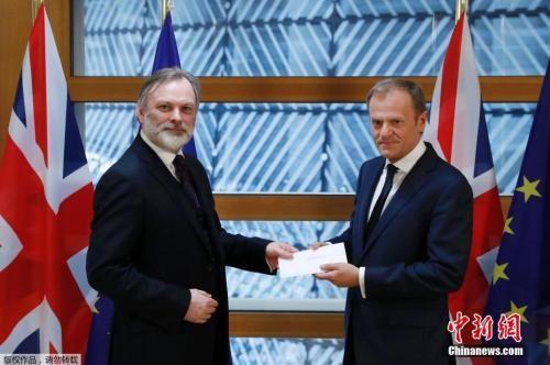 """资料图:当地时间3月29日,英国启动""""脱欧""""程序的信函被递交至欧洲理事会主席图斯克手中。"""