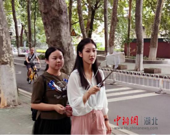 图为校园主播杜雨薇(右)带领2017级新生田津荣(左)直播逛校园