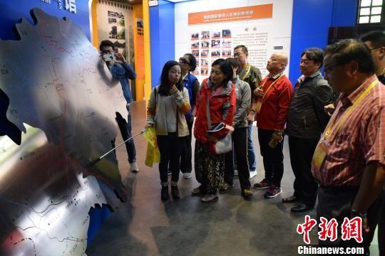 海外华文媒体代表参观神农架生态科普馆 马芙蓉 摄