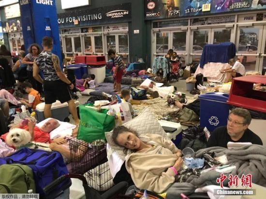 """当地时间9月10日,飓风""""艾尔玛""""抵达美国佛罗里达州沿海地区。图为佛州埃斯特罗一处避难所中的民众。"""