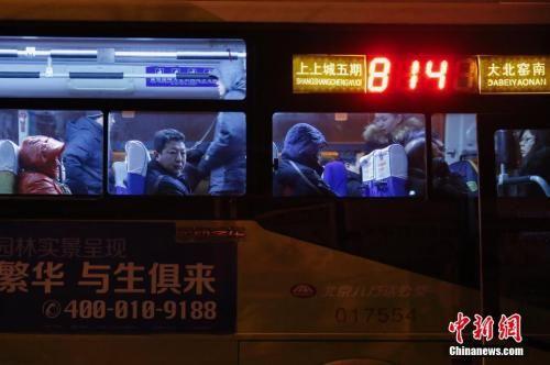 资料图:814路城际公交连续不断地将人们运往北京。王骏 摄