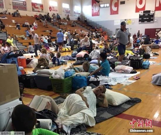 图为佛州基韦斯特一处避难所中的民众。