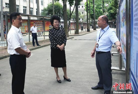 裘援平希望同学们通过在中国的学习,提高中文水平,考上最想上的专业和大学。 中新社记者 翟李强 摄