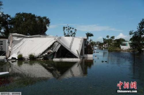 """佛罗里达州那不勒斯,飓风过后一处房屋直接""""泡在""""水里。"""
