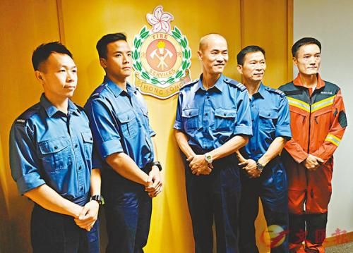 消防员分享救援过程。图片来源:香港文汇报