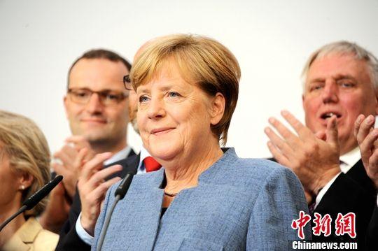 当地时间9月24日18时,2017年德国联邦议院选举正式结束投票。根据德国电视一台当晚21时50分公布的最新出口民调,默克尔领导的联盟党获得了33%票,使其保持了国会第一大党的位置,也使得默克尔开启其第四个总理任期理论上只是时间问题。图为默克尔当晚在基民盟选举集会上发言。中新社记者 彭大伟 摄