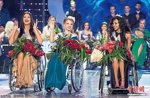 白俄罗斯小姐奇奇科娃(中)艳压群芳,夺得后冠。第二名是南非小姐蒙雅西(右),第三名是波兰小姐扎娃德津斯卡(左)。