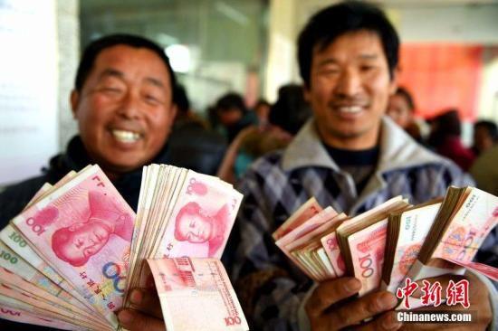 资料图:安徽省亳州市农民工工资清欠办公室向200余位农民工发放被拖欠的工资。刘勤利 摄 图片来源:CFP视觉中国