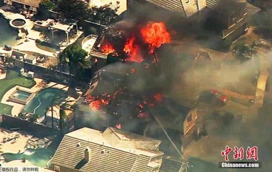 自10月8日晚间起,美国加州北部酒乡纳帕、索诺玛多地遭遇至少14场野火,州长布朗宣布进入紧急状态。图为橘郡北部阿纳海姆的房屋被烧毁。