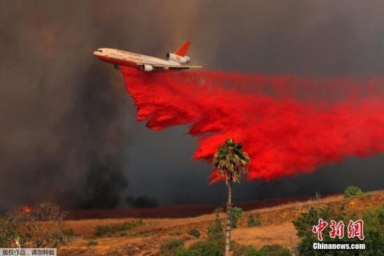 自10月8日晚间起,美国加州北部酒乡纳帕、索诺玛多地遭遇至少14场野火。图为飞机在橘郡参与灭火。