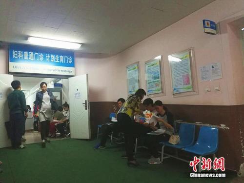 北京大学第一医院妇儿门诊内,准妈妈在进行检查。 中新网记者 张尼 摄