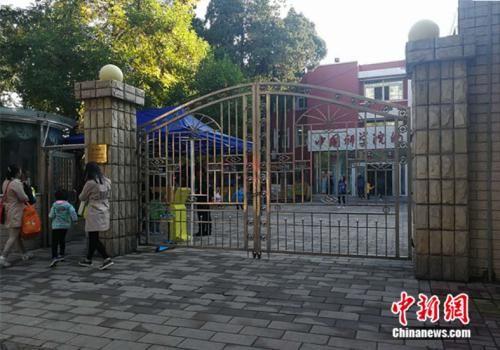 资料图:北京市某幼儿园外家长送孩子入园 中新网记者 张尼 摄