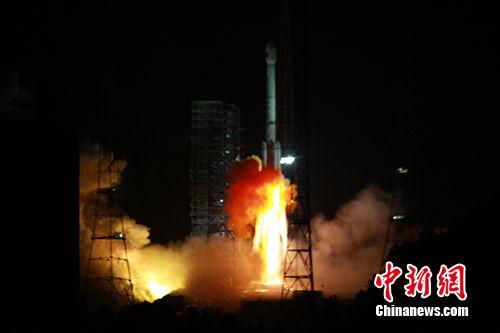 """11月5日,中国在西昌卫星发射中心用长征三号乙运载火箭,以""""一箭双星""""方式成功发射第24颗、第25颗北斗导航卫星。中新社发 谢奇勇 摄"""