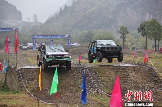 赛车爬陡坡 刘康 摄