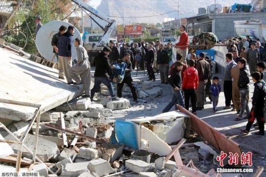 当地时间11月12日晚间发生在伊朗和伊拉克边界地区的7级以上强震。图为伊朗Darbandikhan,人们在瓦砾中进行救援。
