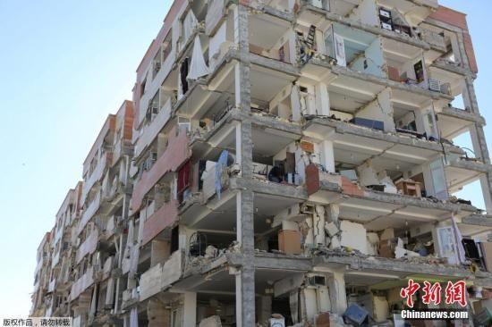图为伊朗克尔曼沙赫县的一栋大楼化为废墟。