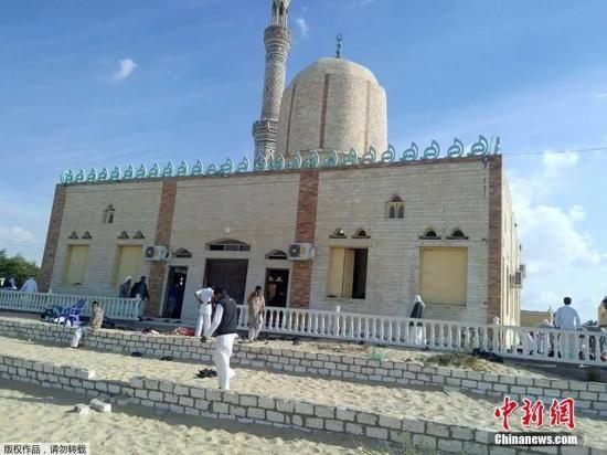 当地时间11月24日,埃及西奈半岛北部al-Arish地区一清真寺在祷告期间遭遇炸弹袭击事件