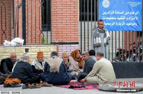 当地时间11月25日,埃及东部港口城市伊斯梅利亚,埃及清真寺恐袭受害者亲属在医院外等候。