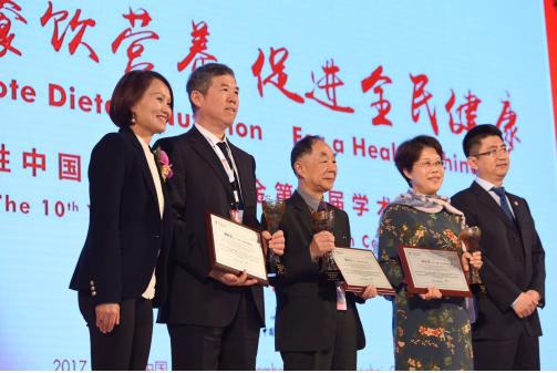 百胜中国和中国红十字基金会代表为中国肯德基餐饮健康基金核心专家颁发特别贡献奖