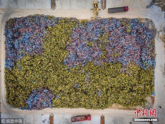资料图:在厦门市一块空地上,大量共享单车堆积如山,从空中俯瞰,犹如地图一般。 陈紫翔 摄 图片来源:视觉中国
