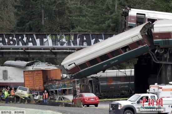 数节脱轨车厢掉落到铁路桥下的5号州际公路路面,造成南向行驶的车道暂时关闭。报道说,已有6人在这一事故中死亡。