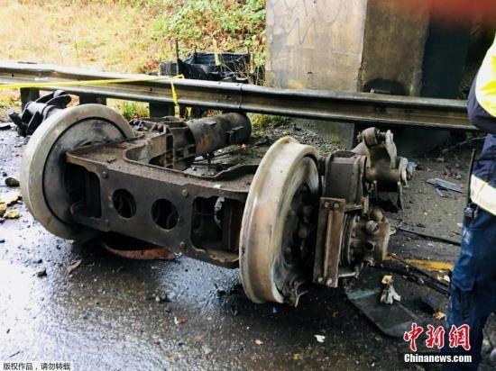 报道称,事发火车本是从西雅图到波特兰线路的首日运营,不料发生意外。列车在脱轨前时速约130公里。