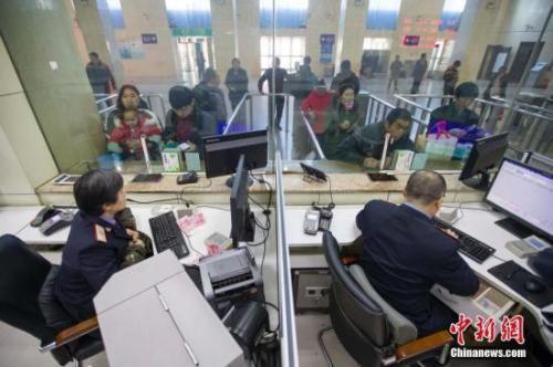 资料图:山西太原,民众正在购买车票。中新社记者 张云 摄