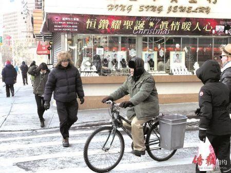 天寒地冻,华人外卖郎的身影出现在华埠街头。(美国《侨报》陈辰摄)