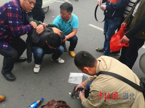 抓获刘某时缴获已上膛的枪支