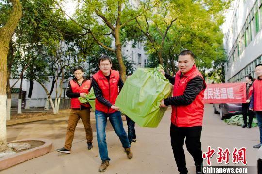 湖北荆门义工联向西藏阿里藏民献爱心 钟欣 摄
